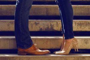 24 anos de idade meninas história de entorse de tornozelo grau 2 devido a sandálias de salto alto