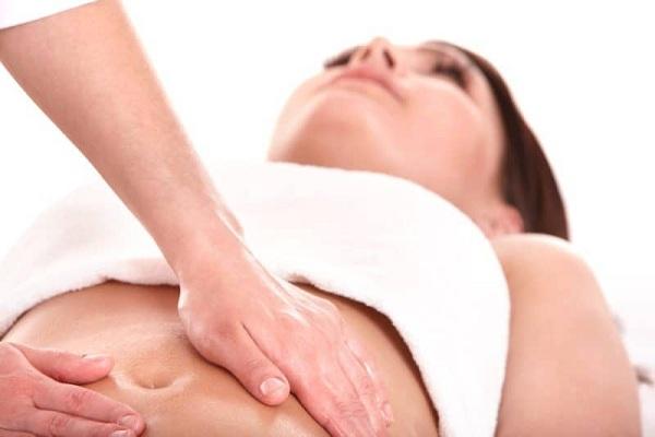 Benefícios da massagem no estômago para constipação, gases e perda de peso