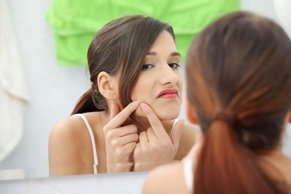 Causas da acne em mulheres após os anos de adolescência