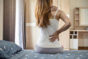 Causas da rigidez das costas após o sono