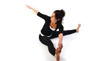 Como fazer Gatyatmak Meru Vakrasana ou o Twist