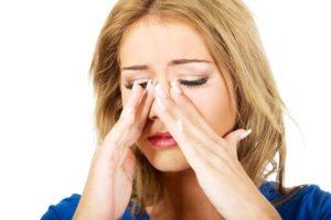 O que causa muco fedorento no nariz e remédios para se livrar dele?