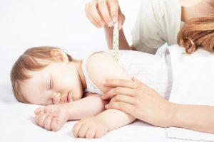 O que pode causar uma convulsão em uma criança?