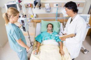 Por que o paciente adquire pneumonia na UTI