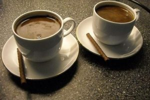Você pode beber café antes de um eco?