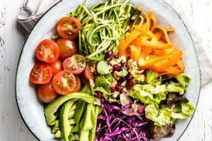 benefícios de comer alimentos crus