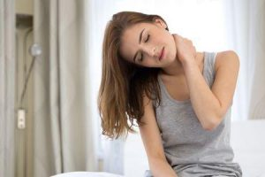 dor nas costas e pescoço devido à má postura do sono