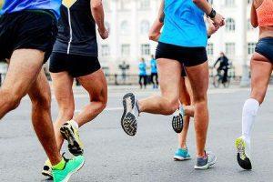 escolhendo os tênis corretos para prevenir lesões nos pés e no joelho