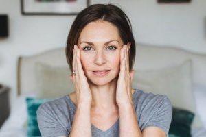 massageie seu rosto para se livrar das cicatrizes de acne
