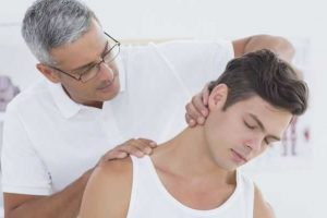 o que causa perda de amplitude de movimento no pescoço