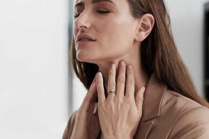 o que pode causar a sensação de algo preso na garganta