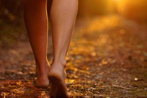 por que é saudável começar a andar descalço