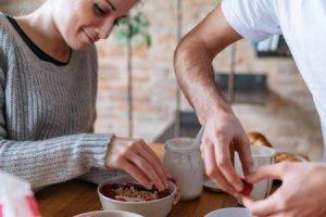 por que estamos com fome de manhã quando comemos tarde da noite