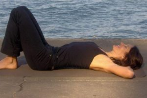supta udarakarshanasana ou o alongamento de dormir abdominal