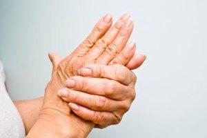 você pode obter artrite de quebrar seus dedos