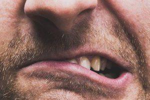 11 maneiras naturais para parar a moagem de dentes