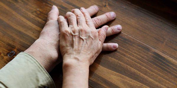Como eu cuido de alguém com doença de Parkinson