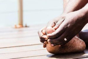 causas da dor sob o dedão do pé