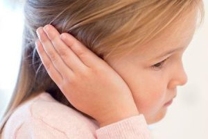 cola orelha ou otite média com efusão ome
