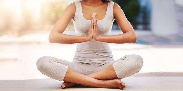 como fazer simhagarjanasana ou a pose de leão rugindo e quais são seus benefícios