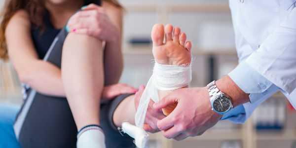 como tratar um tornozelo torcido com fisioterapia