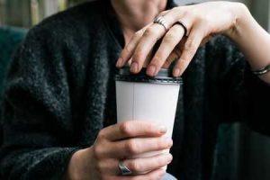 existe uma ligação entre a ingestão de cafeína e nódulos nos seios