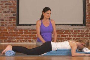 o que é yoga restaurativa seus benefícios poses e adereços comumente usados