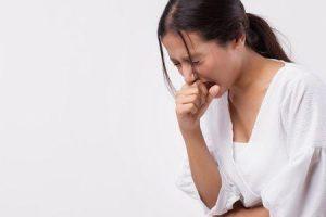 o que causa a limpeza constante da garganta