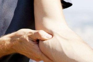 o que causa a tendinite no cotovelo e como ela é tratada