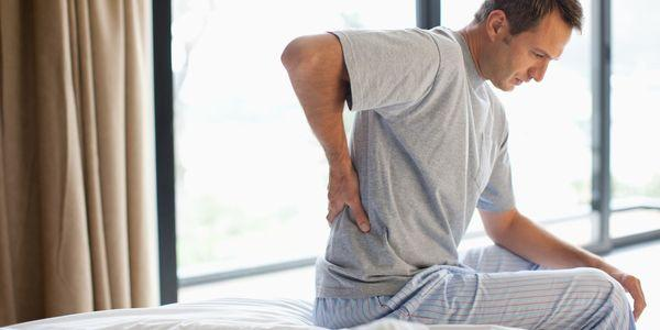 o que causa dor lombar quando se senta e como é tratado
