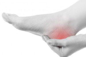 o que causa dor no calcanhar quando em pé ou andando