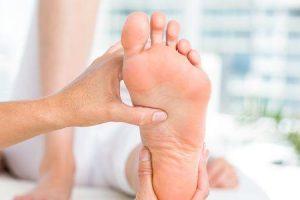 o que causa retenção de líquidos nas pernas e pés