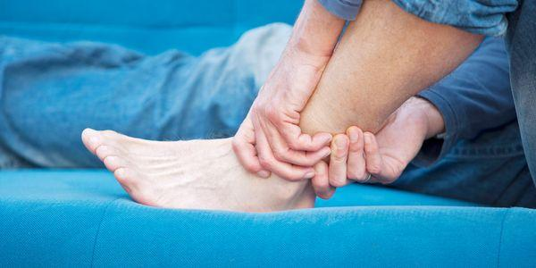 Como é um espasmo muscular na perna