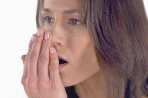razões pelas quais seu hálito cheira mal